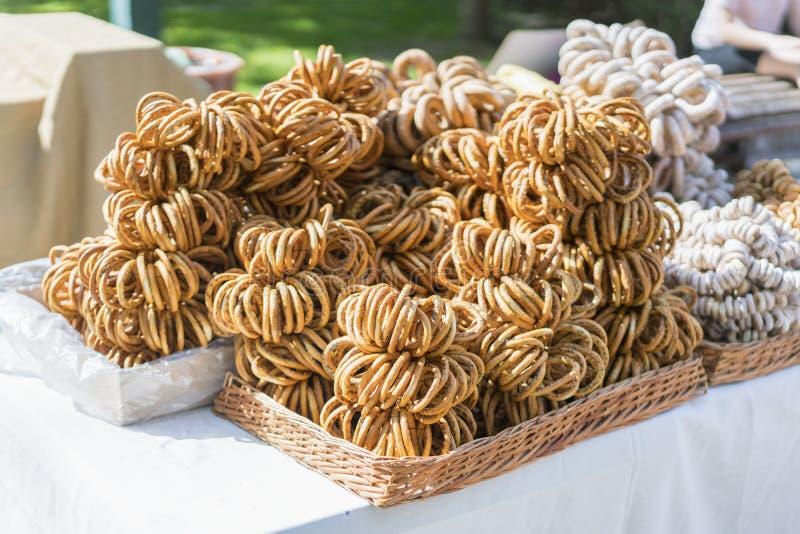 Ξηρός bagels σωρός, εκλεκτική εστίαση Bagels με τους σπόρους παπαρουνών στο κατάστημα στοκ φωτογραφία με δικαίωμα ελεύθερης χρήσης