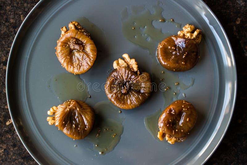 Ξηρό επιδόρπιο σύκων με το ξύλο καρυδιάς/το tatlisi Cevizli incir στοκ εικόνες