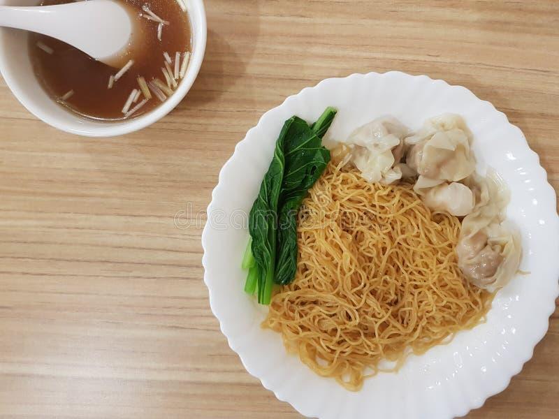 Ξηρό νουντλς του Χογκ Κογκ με τη σούπα στοκ φωτογραφίες