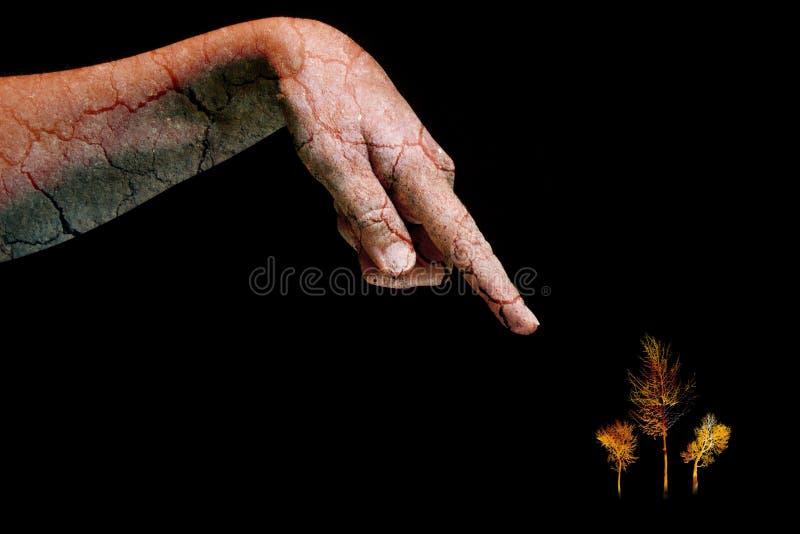 Ξηρό ραγισμένο χέρι δερμάτων γυναικών που δείχνει στα ζωηρόχρωμα δέντρα στο ραγισμένο μαύρο υπόβαθρο Φυσική βοήθεια για την ομορφ στοκ εικόνες