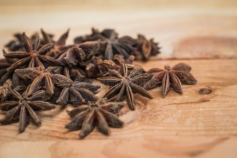 Ξηρό χορτάρι γλυκάνισου αστεριών στο ξύλο για το υπόβαθρο στοκ εικόνες με δικαίωμα ελεύθερης χρήσης