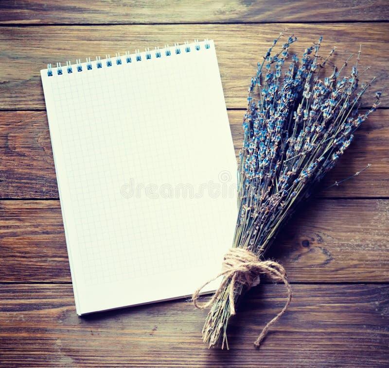 Ξηρό lavender με το σημειωματάριο στοκ εικόνα με δικαίωμα ελεύθερης χρήσης