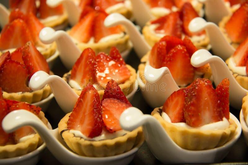 Ξινός φρέσκος φραουλών από το φούρνο κουζινών αρτοποιείων στοκ φωτογραφία