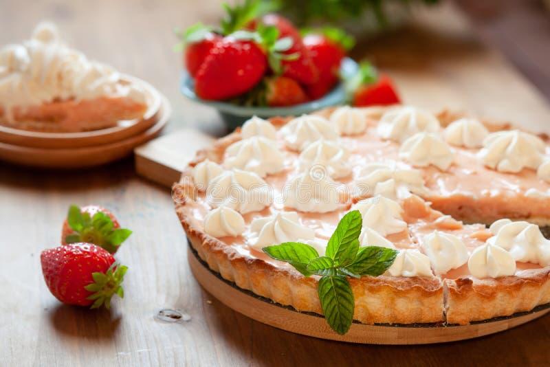 Ξινό κέικ φραουλών που διακοσμείται με την κτυπημένη κρέμα και τα φρέσκα μούρα Πίτα θερινών επιδορπίων στοκ εικόνες