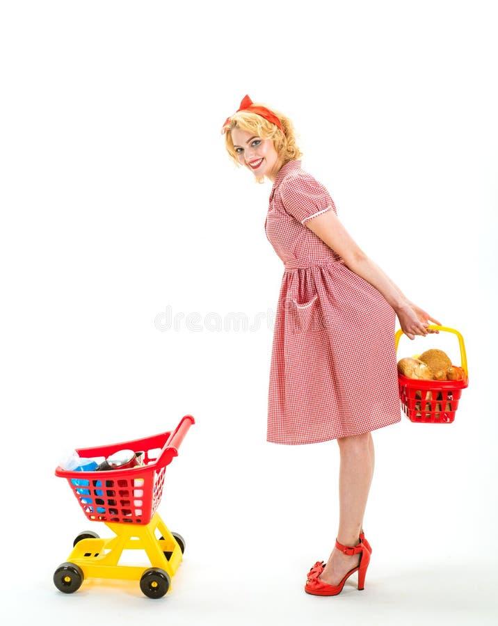 Ξοδεύοντας μεγάλος χρόνος η ευτυχής αναδρομική γυναίκα πηγαίνει Μετά από τις αγορές ημέρας αγοράζοντας δώρα η εκλεκτής ποιότητας  στοκ εικόνα