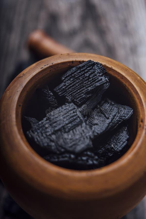 Ξυλάνθρακας σε ένα ξύλινο κονίαμα στοκ εικόνες