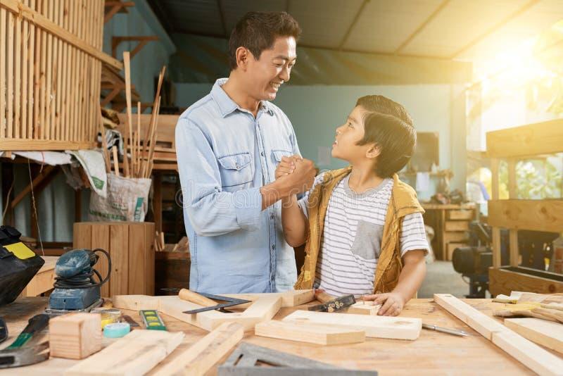 Ξυλουργική ως οικογενειακή επιχείρηση στοκ φωτογραφίες με δικαίωμα ελεύθερης χρήσης