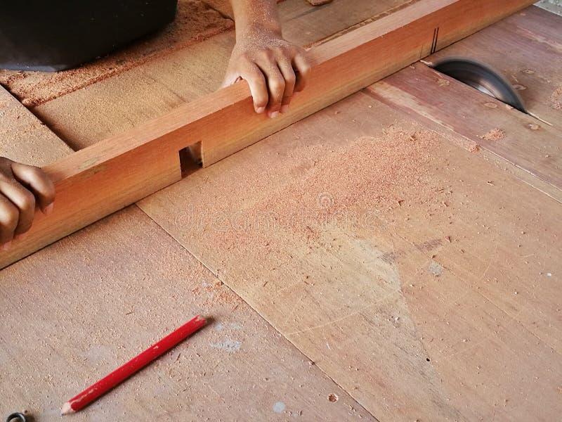 Ξυλουργός για να κάνει τα έπιπλα, όπως τα ντουλάπια, τους καναπέδες στοκ εικόνες