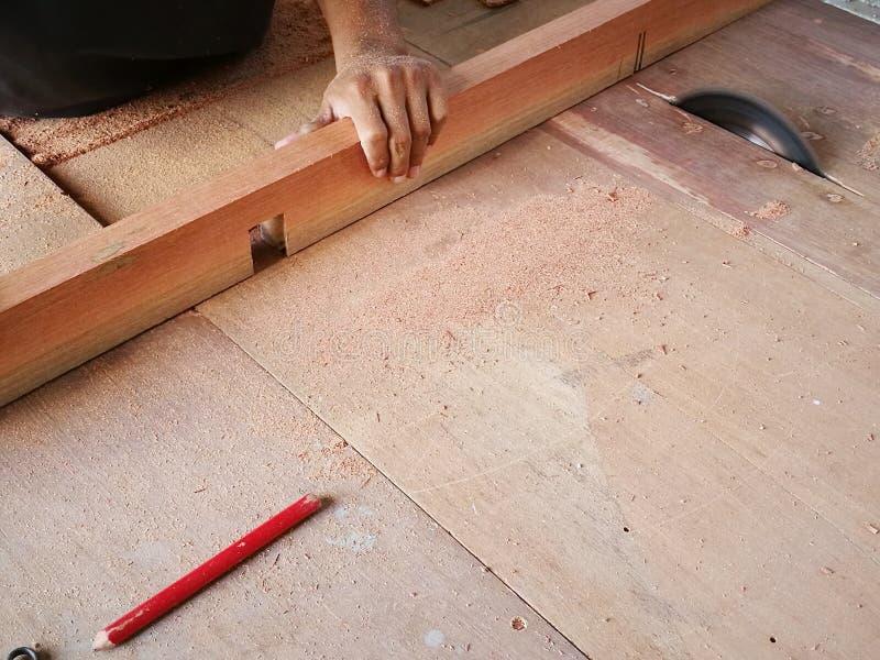 Ξυλουργός για να κάνει τα έπιπλα, όπως τα ντουλάπια, τους καναπέδες στοκ φωτογραφία με δικαίωμα ελεύθερης χρήσης