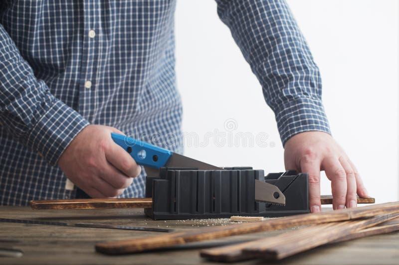 Ξυλουργός που εργάζεται με τα εργαλεία στον ξύλινο πίνακα στοκ φωτογραφίες με δικαίωμα ελεύθερης χρήσης
