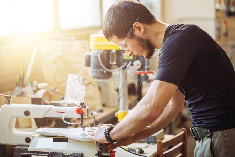 Ξυλουργός που συμμετέχεται στο ξύλο επεξεργασίας στο πριονιστήριο στοκ φωτογραφία με δικαίωμα ελεύθερης χρήσης