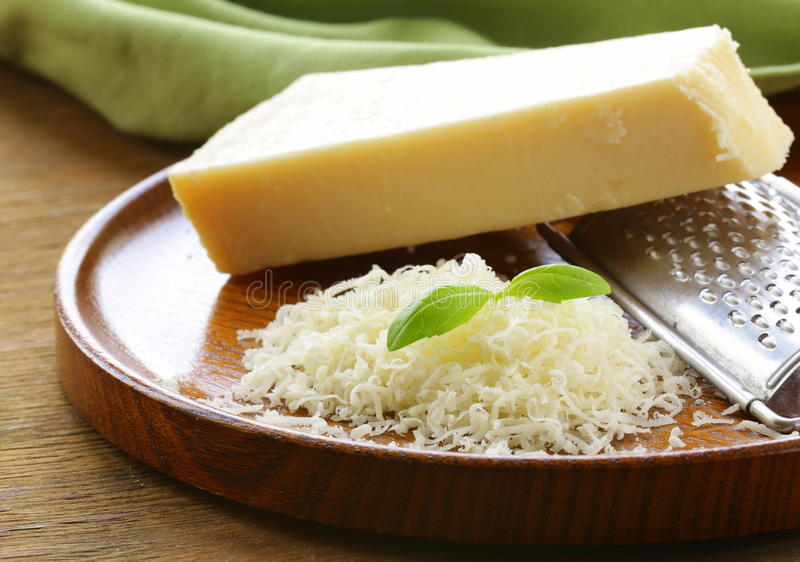 Ξυμένοι τυρί παρμεζάνας και ξύστης μετάλλων στοκ φωτογραφίες με δικαίωμα ελεύθερης χρήσης