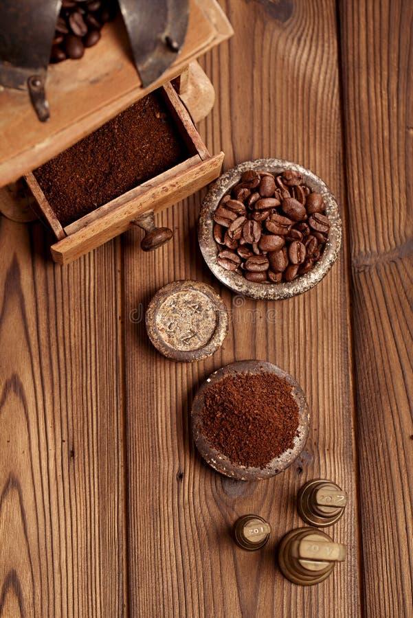 Ξυμένος καφές σε παλαιά βάρη σιδήρου και το ξύλινο υπόβαθρο στοκ εικόνα με δικαίωμα ελεύθερης χρήσης