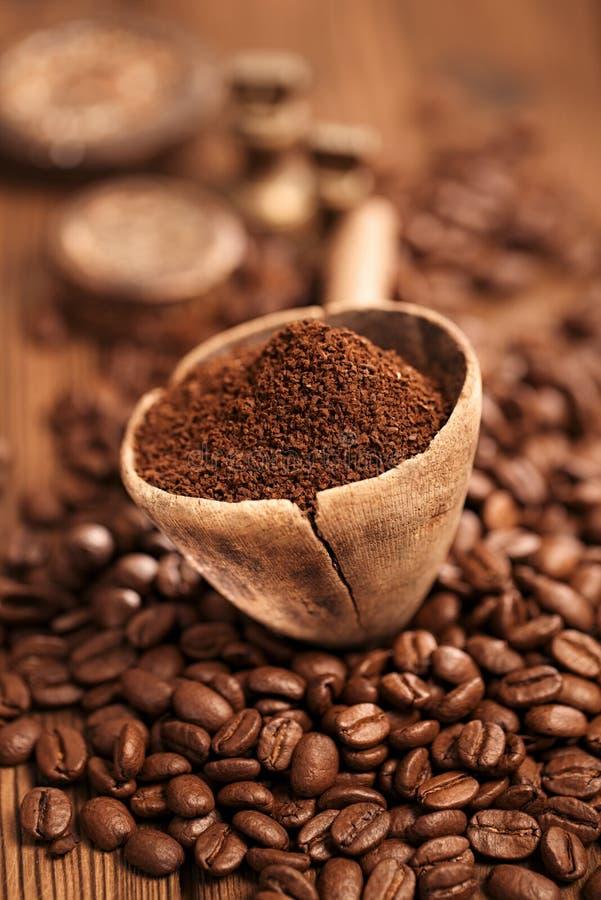 Ξυμένος καφές στο κουτάλι στα ψημένα φασόλια καφέ στοκ φωτογραφίες