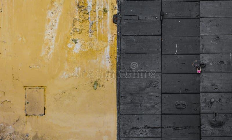 Ξυμένος τοίχος και μια ξύλινη πόρτα στοκ φωτογραφία με δικαίωμα ελεύθερης χρήσης
