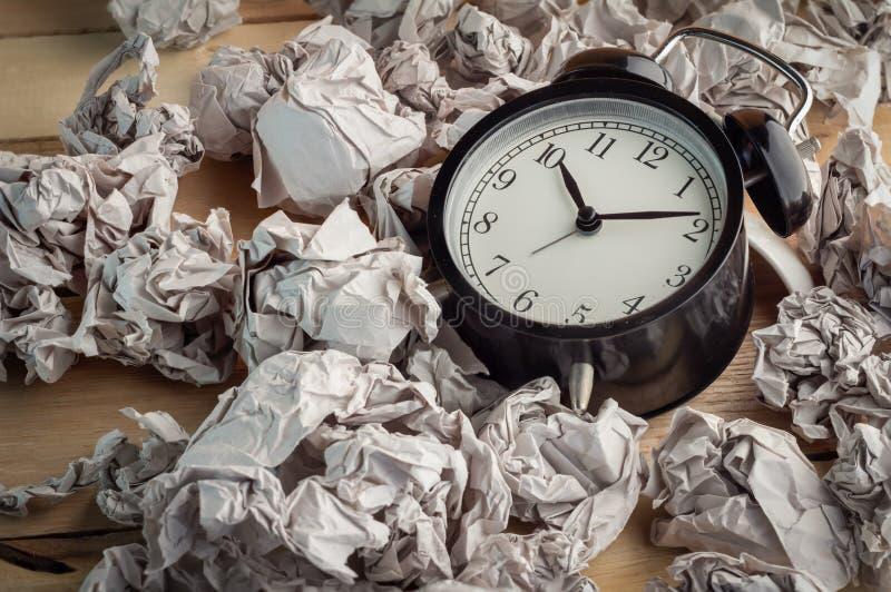 Ξυπνητήρι σε ένα wastepaper στοκ φωτογραφίες
