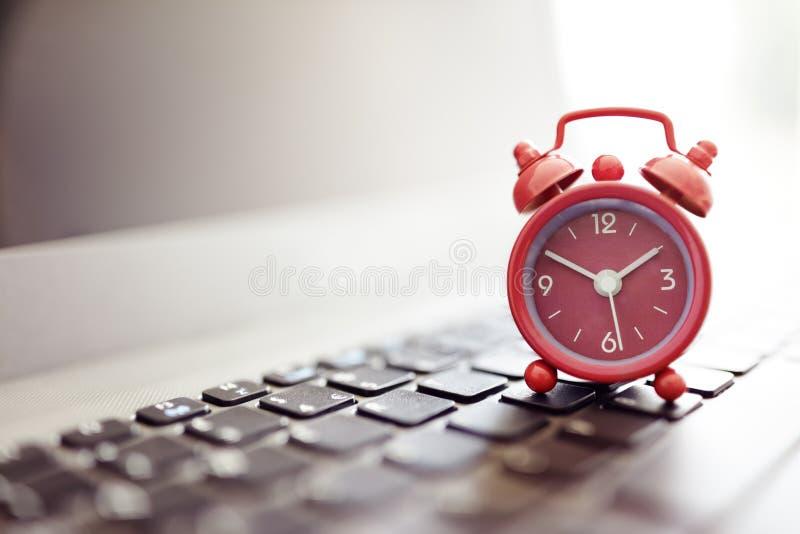 Ξυπνητήρι στο lap-top στοκ φωτογραφίες με δικαίωμα ελεύθερης χρήσης