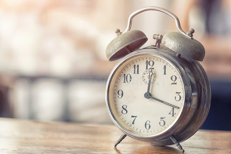Ξυπνητήρι, χρόνος αργά για το μεσημεριανό γεύμα στοκ εικόνα