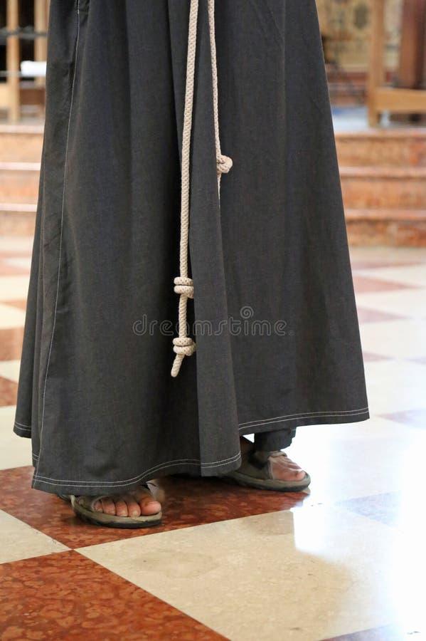 Ξυπόλυτος friar με τα σανδάλια και καφετιά συνήθεια στον καθεδρικό ναό στοκ φωτογραφίες με δικαίωμα ελεύθερης χρήσης