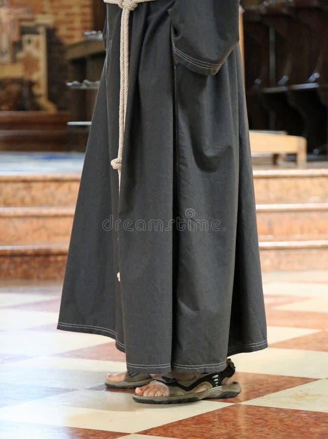 Ξυπόλυτος friar με τα σανδάλια στην εκκλησία στοκ φωτογραφία με δικαίωμα ελεύθερης χρήσης