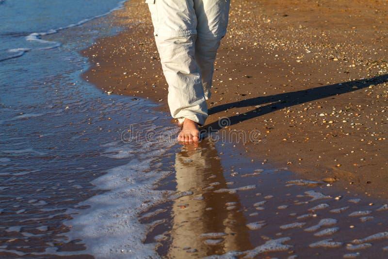Ξυπόλυτο άτομο που περπατά στα κύματα της κυματωγής στοκ εικόνα με δικαίωμα ελεύθερης χρήσης