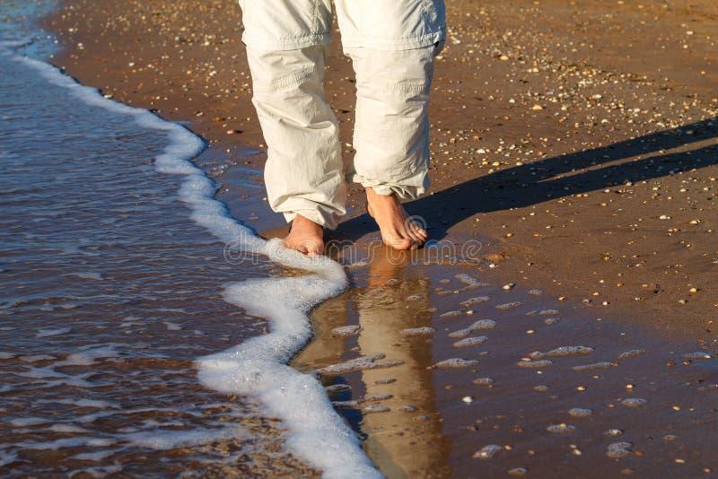 Ξυπόλυτο άτομο που περπατά στα κύματα της κυματωγής στοκ φωτογραφία με δικαίωμα ελεύθερης χρήσης
