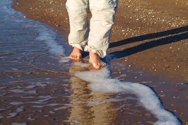 Ξυπόλυτο άτομο που περπατά στα κύματα της κυματωγής στοκ εικόνες με δικαίωμα ελεύθερης χρήσης