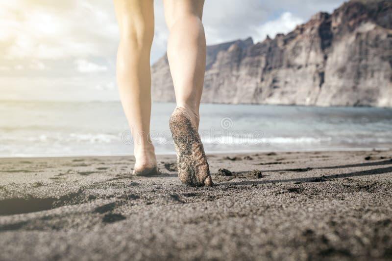Ξυπόλυτο περπάτημα γυναικών σε μια παραλία, θερινή έμπνευση στοκ εικόνα με δικαίωμα ελεύθερης χρήσης