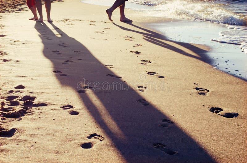 Ξυπόλυτοι άνθρωποι σε μια παραλία στοκ φωτογραφίες