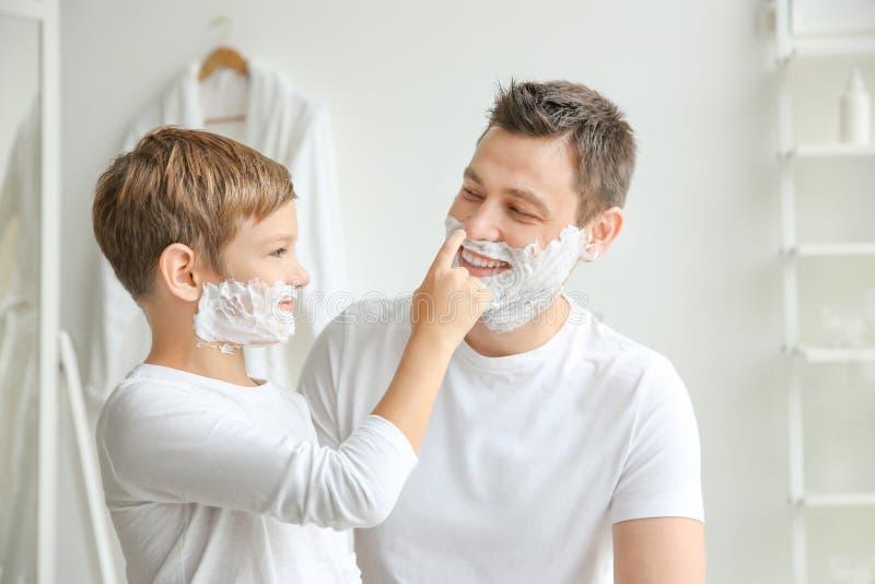 ξυρίζοντας γιος πατέρων &alpha στοκ φωτογραφία