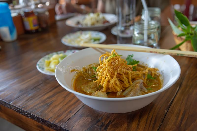 Ξυστρισμένα σούπα νουντλς & x28 Khao soi& x29  με το ταϊλανδικό καρύκευμα ύφους στοκ φωτογραφία με δικαίωμα ελεύθερης χρήσης