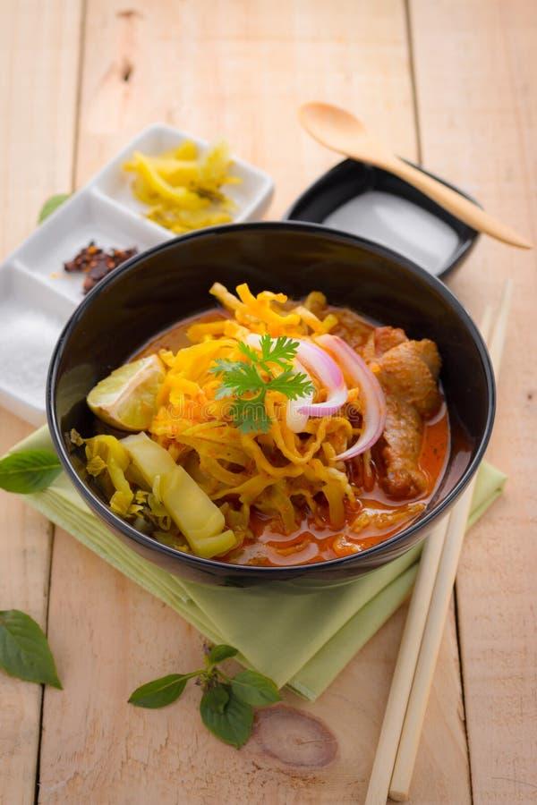Ξυστρισμένη σούπα νουντλς (soi Khao) με το γάλα καρύδων στον ξύλινο πίνακα στοκ φωτογραφίες
