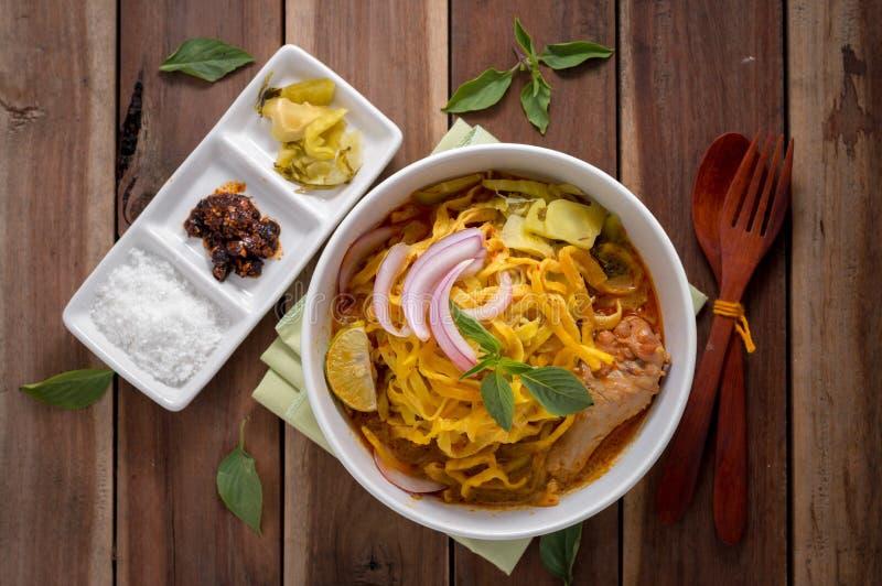 Ξυστρισμένη σούπα νουντλς (soi Khao) με το γάλα καρύδων στον ξύλινο πίνακα στοκ εικόνα με δικαίωμα ελεύθερης χρήσης