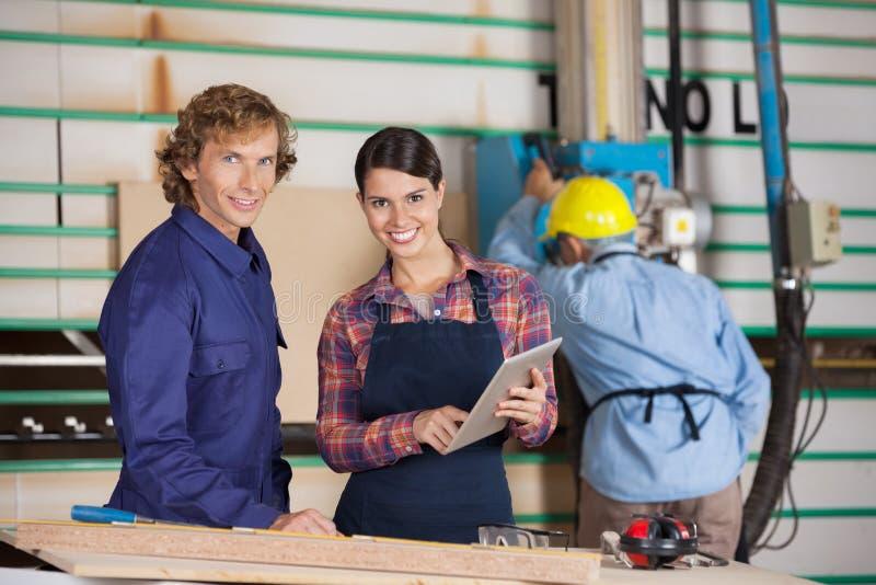 Ξυλουργοί με την ψηφιακή ταμπλέτα στο εργαστήριο στοκ φωτογραφίες με δικαίωμα ελεύθερης χρήσης