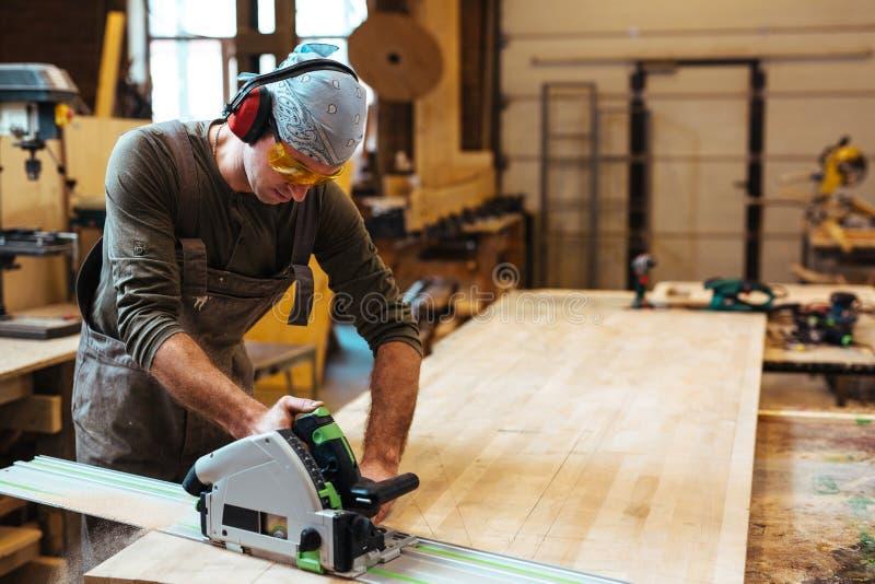 Ξυλουργός από τον πάγκο εργασίας στοκ φωτογραφία