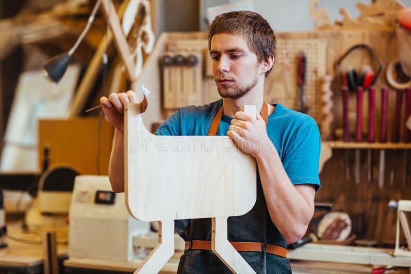 Ξυλουργός με το κομμάτι προς κατεργασία στοκ εικόνα