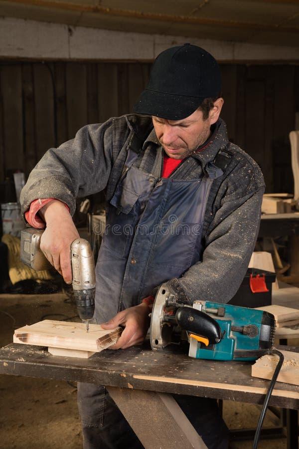 Ξυλουργός που εργάζεται με ένα τρυπάνι στοκ φωτογραφία με δικαίωμα ελεύθερης χρήσης