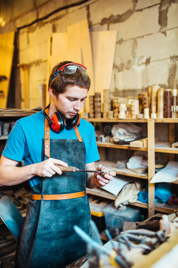 Ξυλουργός που εργάζεται στο στούντιο στοκ φωτογραφίες με δικαίωμα ελεύθερης χρήσης