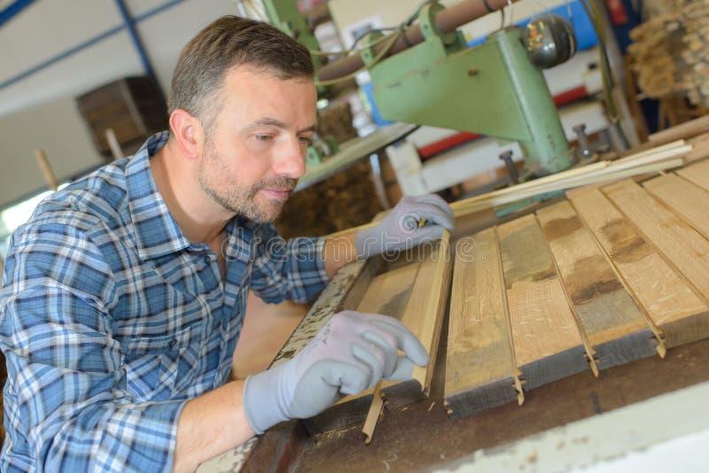 Ξυλουργός που ευθυγραμμίζει το ξύλο σανίδων στοκ φωτογραφία με δικαίωμα ελεύθερης χρήσης