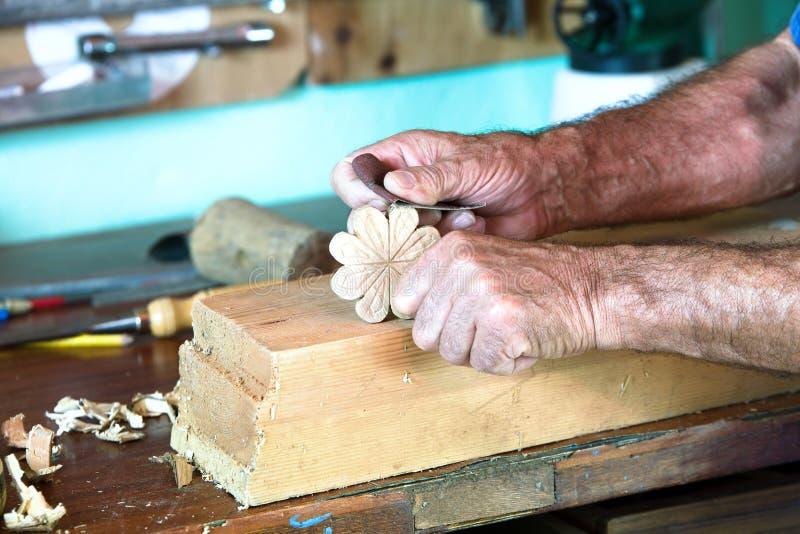 Ξυλουργός που διαμορφώνει ένα κομμάτι του ξύλου στοκ εικόνα