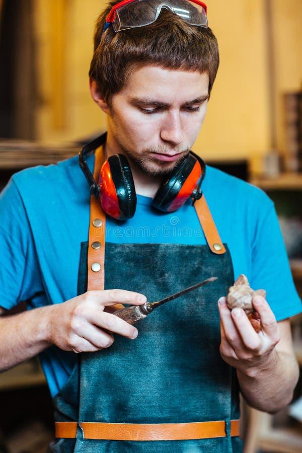 Ξυλουργός που κάνει τα ξύλινα παιχνίδια στοκ φωτογραφία με δικαίωμα ελεύθερης χρήσης