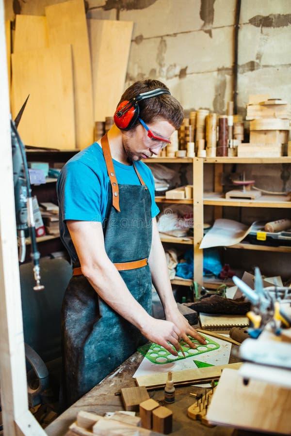 Ξυλουργός που προετοιμάζει την ξύλινη λεπτομέρεια στοκ φωτογραφία με δικαίωμα ελεύθερης χρήσης