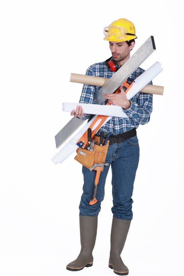 Ξυλουργός που φέρνει τα διάφορα εργαλεία στοκ φωτογραφία