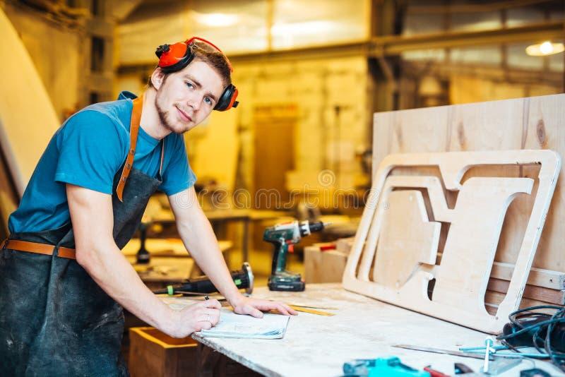 Ξυλουργός στο εργαστήριο στοκ εικόνα με δικαίωμα ελεύθερης χρήσης