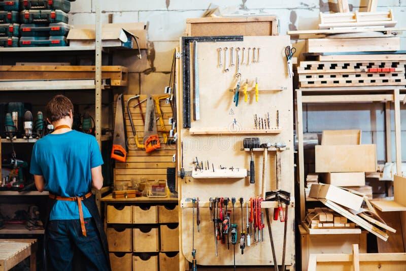 Ξυλουργός στο εργαστήριο στοκ φωτογραφία με δικαίωμα ελεύθερης χρήσης