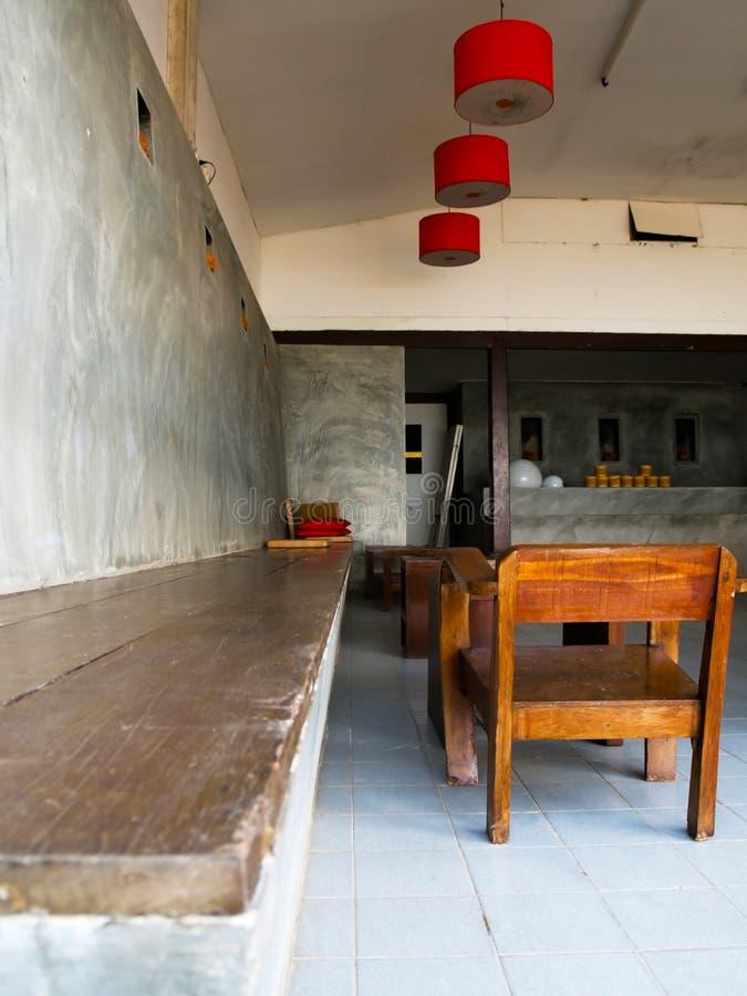 Ξύλινα έπιπλα καθορισμένα που τοποθετούνται σε ένα δωμάτιο ύφους σοφιτών στοκ εικόνες με δικαίωμα ελεύθερης χρήσης