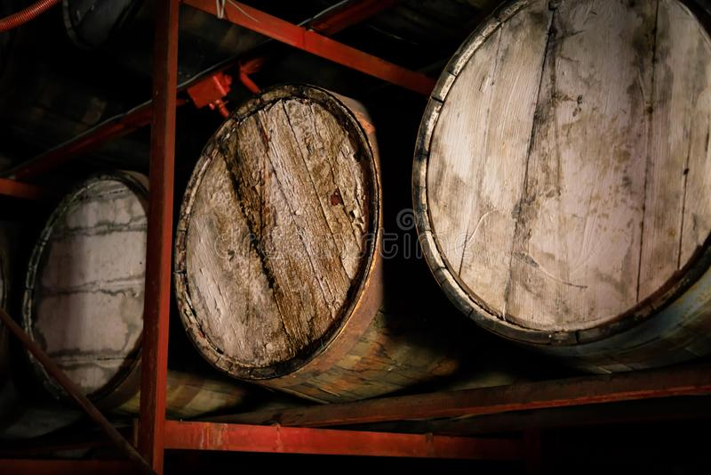Ξύλινα βαρέλια ρουμιού ή ουίσκυ που συσσωρεύονται σε μια αποθήκη εμπορευμάτων στοκ εικόνες