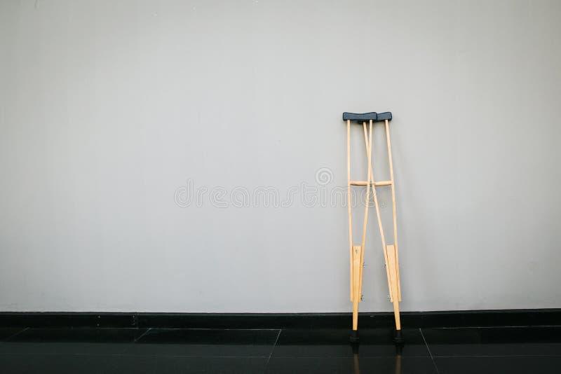 ξύλινα δεκανίκια ζευγαριού ή ιατρικά ραβδιά περπατήματος για την αποκατάσταση του σπασμένου ποδιού στοκ εικόνα με δικαίωμα ελεύθερης χρήσης