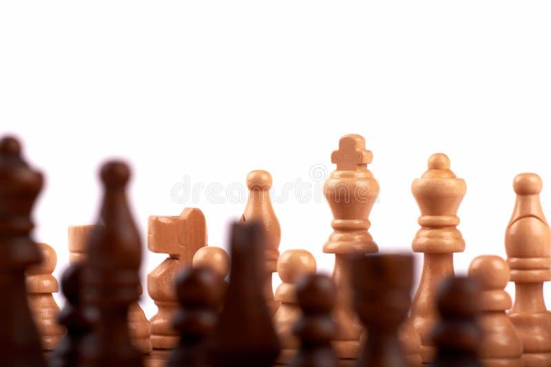 Ξύλινα κομμάτια σκακιού σε μια μονομαχία σε μια σκακιέρα Βασιλιάς, κυρία και σκοπευτές Από την ομάδα εστίασης των εχθρών o στοκ εικόνα