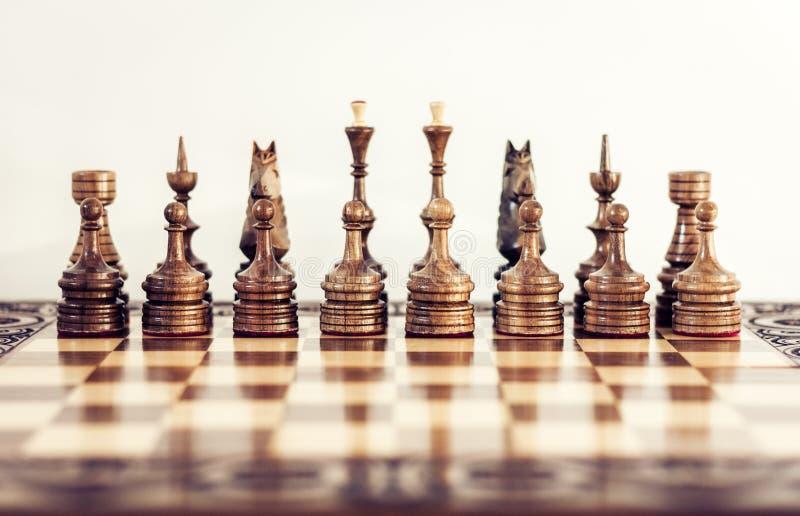 Ξύλινα κομμάτια σκακιού σε μια σκακιέρα, έννοια ηγεσίας στο άσπρο υπόβαθρο στοκ φωτογραφία με δικαίωμα ελεύθερης χρήσης